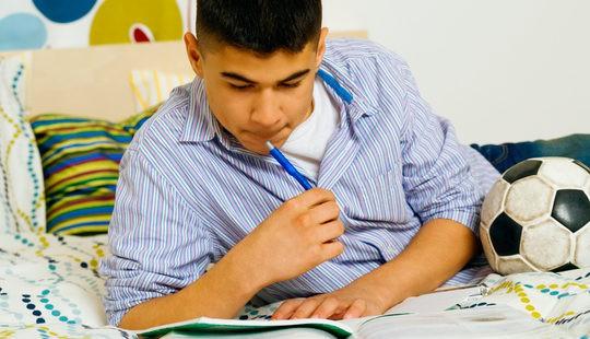 Adolescente muy concentrado estudiando