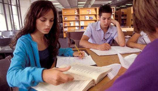 Adolescentes estudiando en la biblioteca