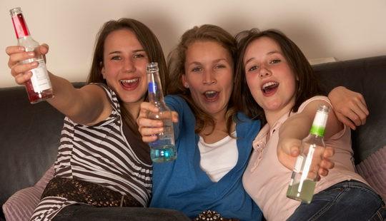 Adolescentes bebiendo alcohol