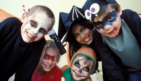 Grupo de niños celebrando Halloween