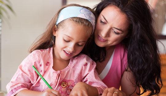 Madre e hija trabajando juntas
