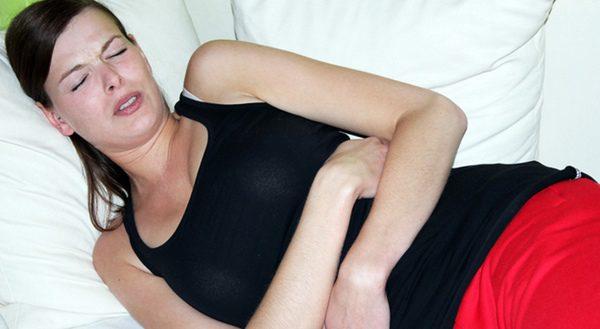 Mujer sufriendo dolores de abdomen