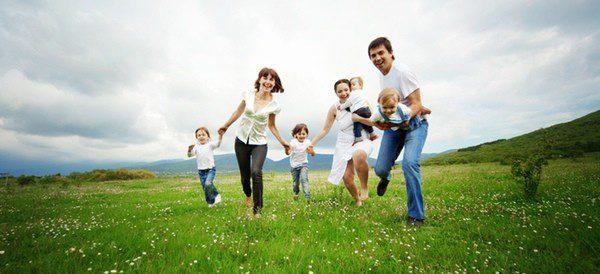 Familia disfrutando de un día de campo