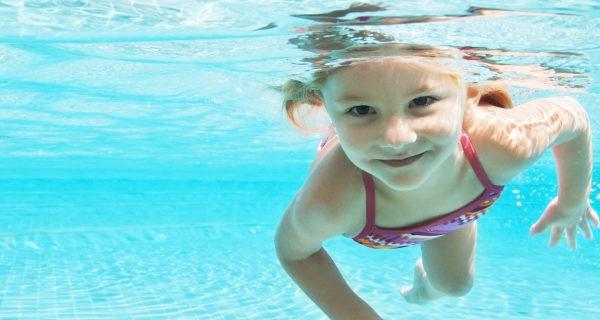 Planes de verano para ni os actividades acu ticas en la for Piojos piscina