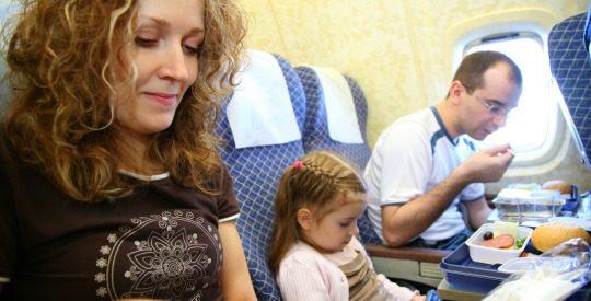 Volar con niños en familia en vacaciones