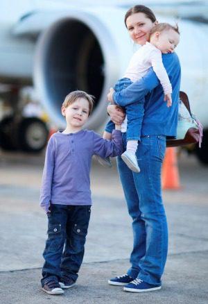 Familia cerca de un avión