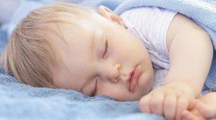 El bebé tose y parece que se atraganta cuando duerme, ¿es normal?