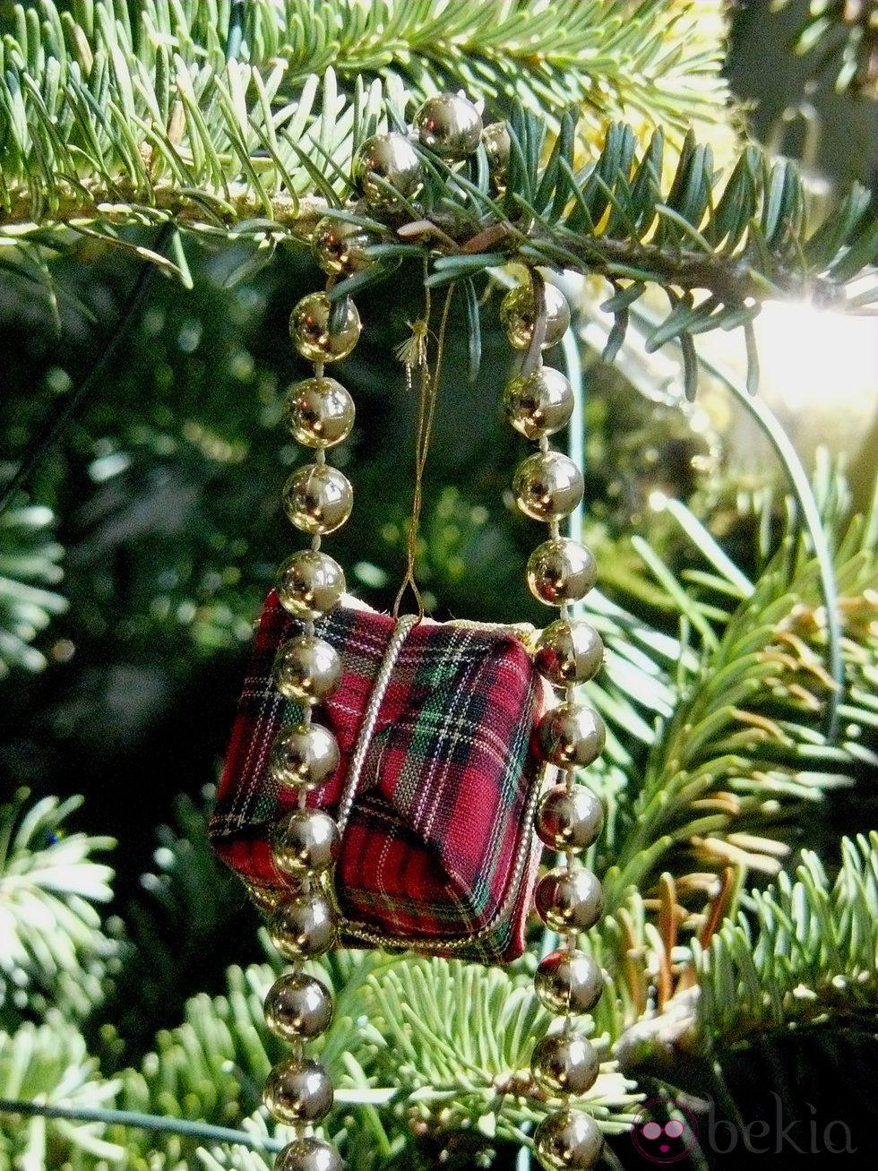 Rbol de navidad decorado con un collar dorado y regalitos - Arbol de navidad dorado ...